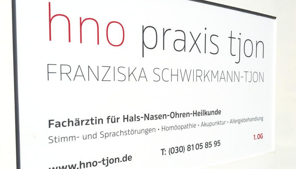 hno-tjon-Schild-Straße-weiß